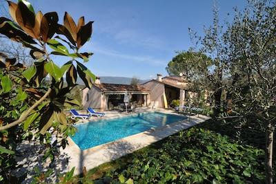 Villa und Pool in einer natürlichen Atmosphäre in Fayence