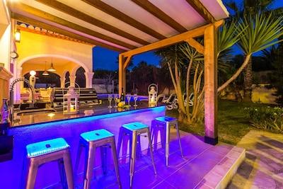 Poolside bar with fridge, sink, Beer tap.