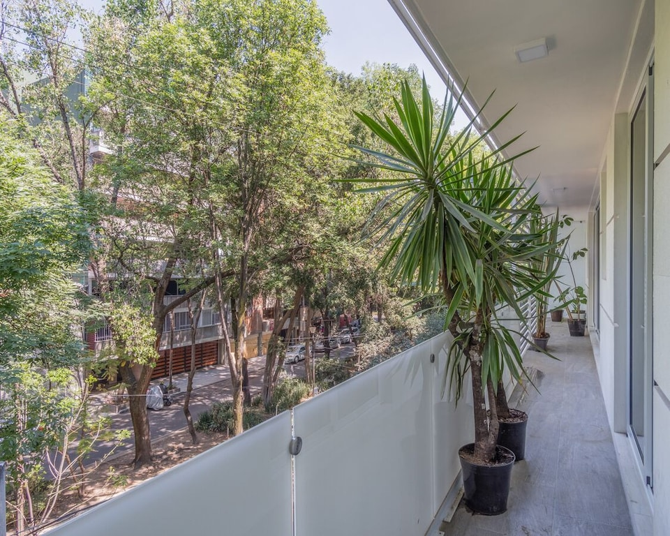 VRBO Mexico City: Apartment with a large balcony overlooking a tree-lined street below
