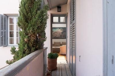 The corridor leading to the apartment door