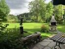 Garten mit Brunnen und Kamin
