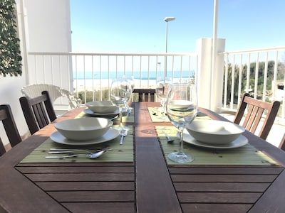 1ª línea de playa, gran terraza frente al mar, WIFI gratis
