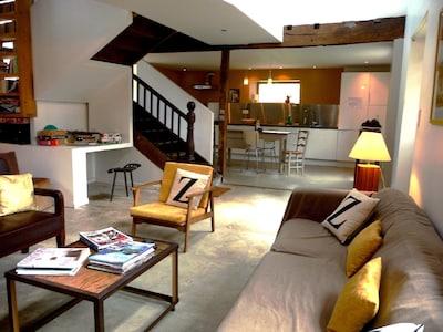 Un salon spacieux et ouvert sur l'espace cuisine
