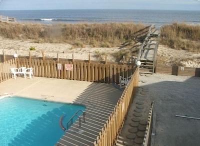 Private pool & walkway to beach