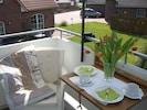 gemütlich auf dem Balkon sitzen