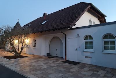 Maisonette Apartment Eingang und Optional kostenpflichtiger Privatparkplatz