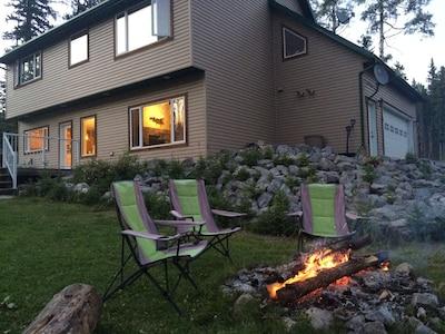 Baldy Mountain Lodge Nordegg, Spacious Sleeps 8, Mountain Views, Fireplace
