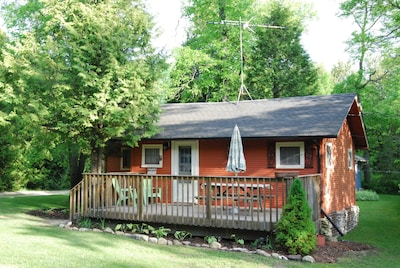 Charming Cottage With Deck & Picnic Table