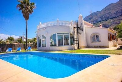 Villa con piscina y jardín privado, vistas panorámicas al mar y a la montaña