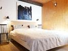 Schlafzimmer mit grossem Doppelbett