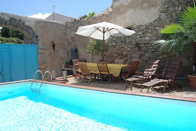 Swimming pool, bbq and table seating 10