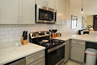 Remodeled kitchen, new cabinets, counter, hardware, appliances!