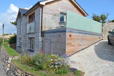 NEW LISTING Stunning new Cornish house with sea views, few minutes walk to beach