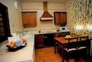 Cocina muy equipada con todo tipo de utensilios y electrodomesticos.
