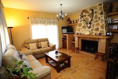 Salón amplio con chimenea,aire acondicionado y wifi en toda la casa.