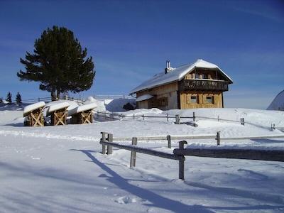 Almhaus im Winter