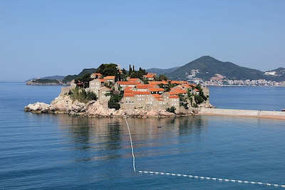 The villa is located 5m from the sea, at the end of the eastern part of Sveti St