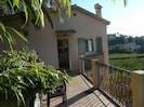 Petite terrasse devant la maison, 2 au dessus pour déjeuner, ou bronzer