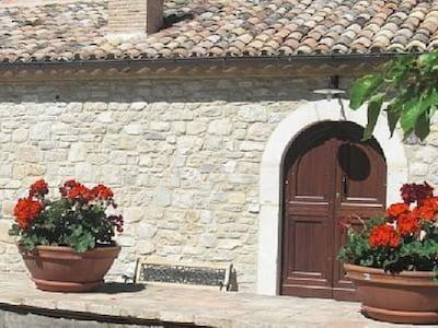 Abruzzo. Casa rurale immersa negli ulivi a due passi dal Lago