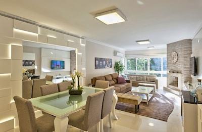Moderno living com dois ambientes: lareira e split quente/frio