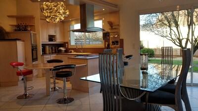 Maison confortable avec intérieur contemporain.