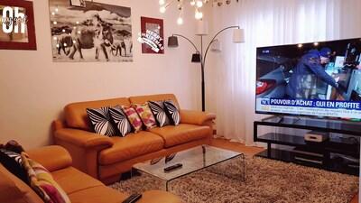 Salon, avec grand écran de télévision.