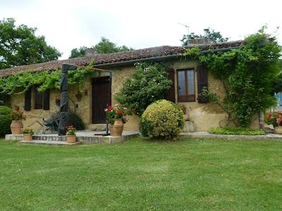 maison rénovée en pierre de pays vue de l'extérieur