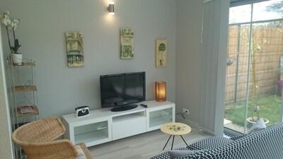 salon avec canapé  2 personnes + fauteuil  écran téléviseur plat