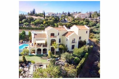 MAGNIFICA Villa de 5 dormitorios, vistas panorámicas al sur, zona de Marbella.
