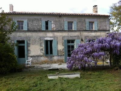 Façade sud de la maison avec terrasse devant