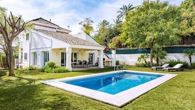 Hermosa villa ubicada en jardín propio con piscina y terraza cubierta con parrilla.
