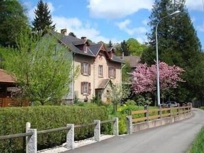 Maison au bord d'un chemin réservé aux riverains