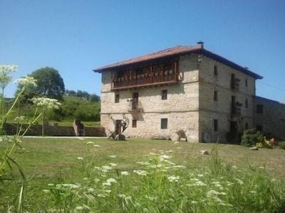 Casa Rural con 4 habitaciones y 4 baño privados con WIFI , jardín y BBQ