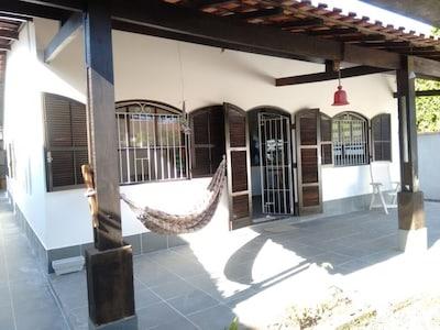 Casa aconchegante a 600m da praia de Indaía, Bertioga