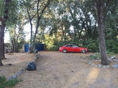 Parking réservé gratuit a l intérieur de la propriété ombragée