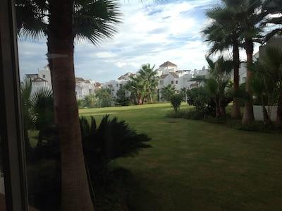 Apartamento de lujo con amplia terraza, vista al mar y campo de golf.