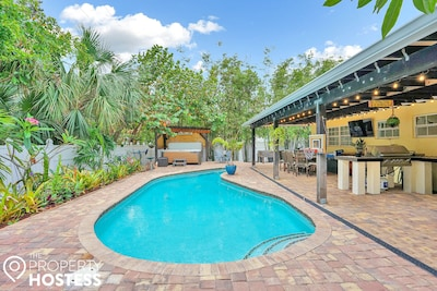 Ultimate vacation space fully equipped w/ BBQ, Pool, Jacuzzi, TV, Sound System