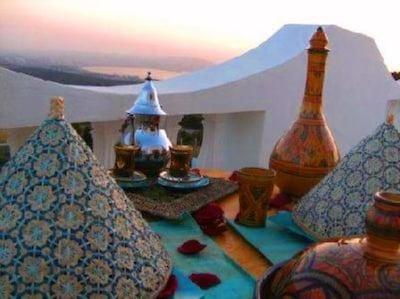 terrasse extérieure avec vue sur mer et sur la baie de Tanger