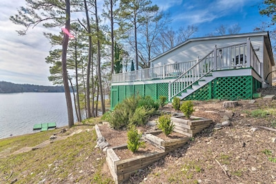 Enjoy an unbeatable lakefront retreat at this vacation rental cottage!