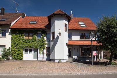 Haus Steinberg mit Parkplatz vor dem Haus