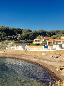 Villa â gauche en rez de jardin vue exceptionnelle sur mer. 10 m de la plage