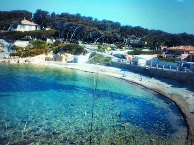 Villa face plage de Beaucours. Plage surveillée à 10 m. Vue imprenable sur mer.