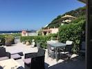 Terrasse 55 m2 carrelée équipée salon jardin transats table 8 personnes parasol