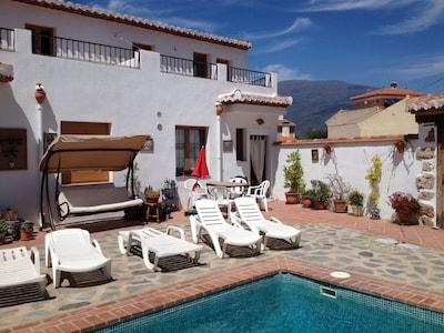 Preciosa casa - piscina, patios privados, vistas, WiFi, pueblo con encanto, tapas gratuitas