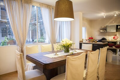 Dining table, seats 8 people