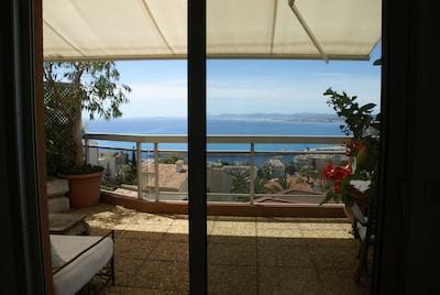Grande terrasse avec magnifique vue mer, ville et montagne.