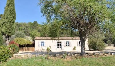 La Maison Chemin d'Uzès dans son écrin de verdure.