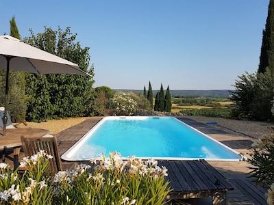 La piscine privée et sa vue imprenable sur les Gorges du Gardon.