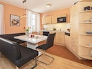 Wohn/Essbereich mit Küchenzeile und Esstisch