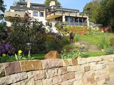 Frontsicht mit unserem großangelegten Garten in toskanischen Stil.